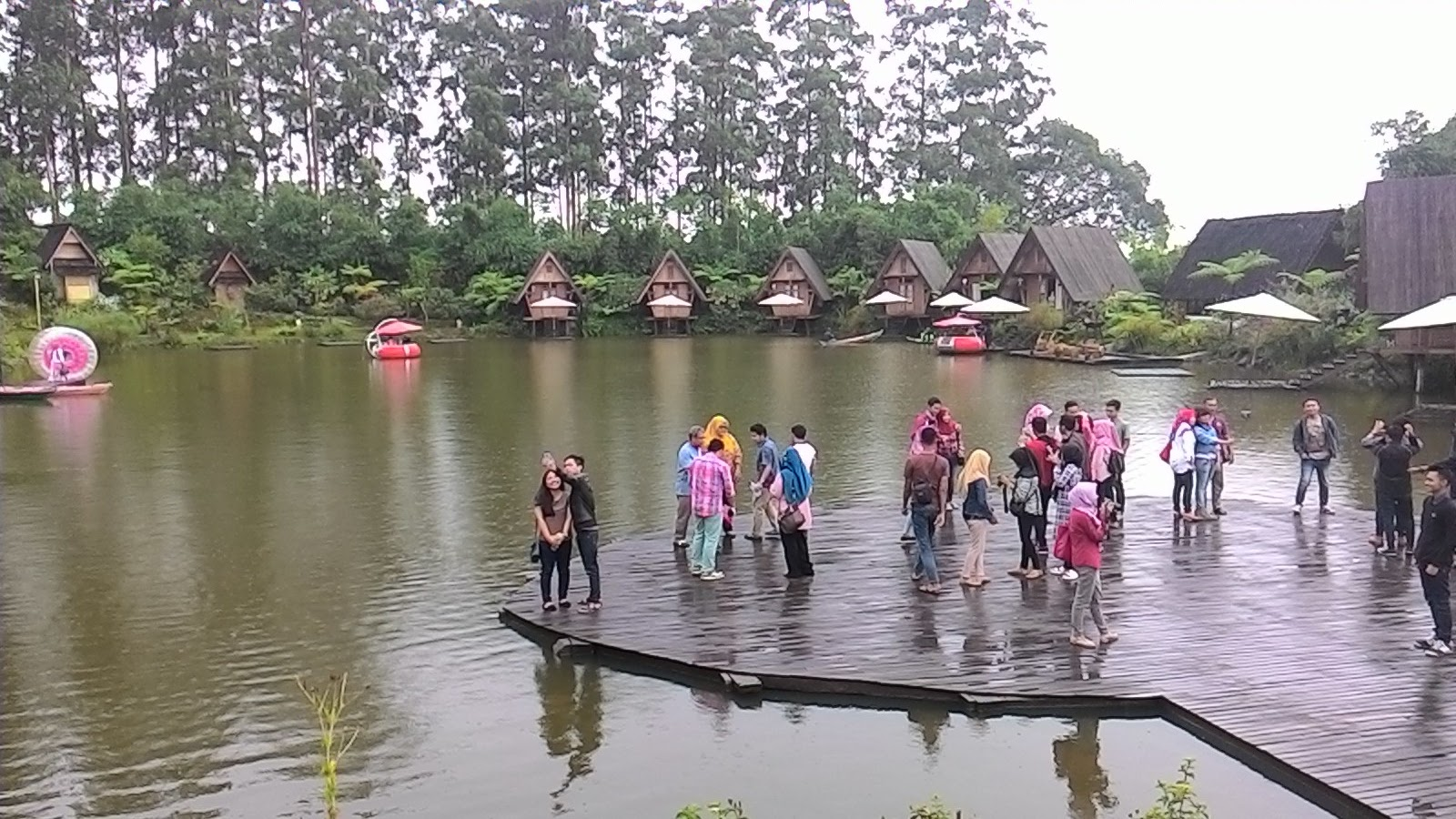 dusun bambu merupakan salah satu destinasi yang lagi hits di bandung tepatnya lembang lokasi perbukitan dan banyaknya pepohonan rindang seperti