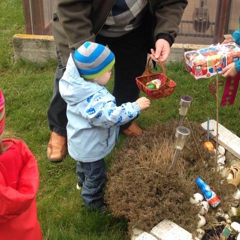 Kinder sammeln Ostereier