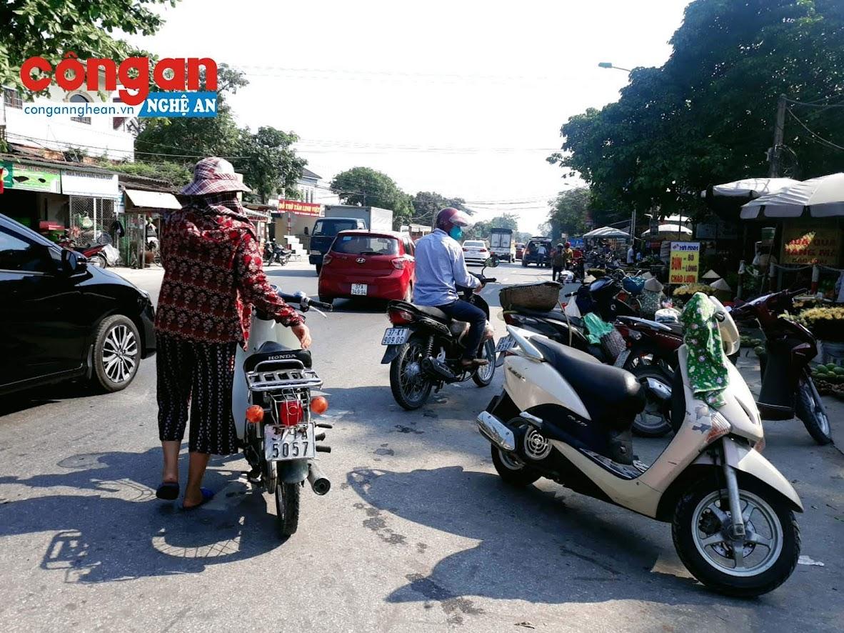 Người mua để xe máy ngổn ngang dưới lòng đường khi mua hàng.