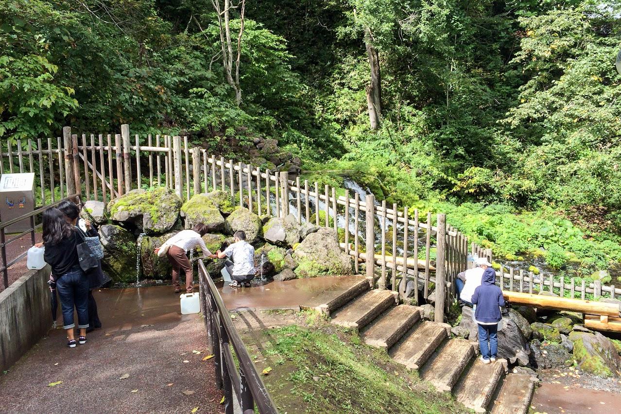 自由に持ち帰れる「京極ふきだし湧水」