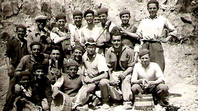 niversitarios y mineros de Rodalquilar, en una imagen de 1953, cuando cuajó el proyecto del Servicio Universitario del Trabajo (SUT).