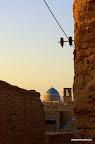Prostokątna konstrukcja na horyzoncie to badgir czyli klimatyzacja z przed  3000 lat