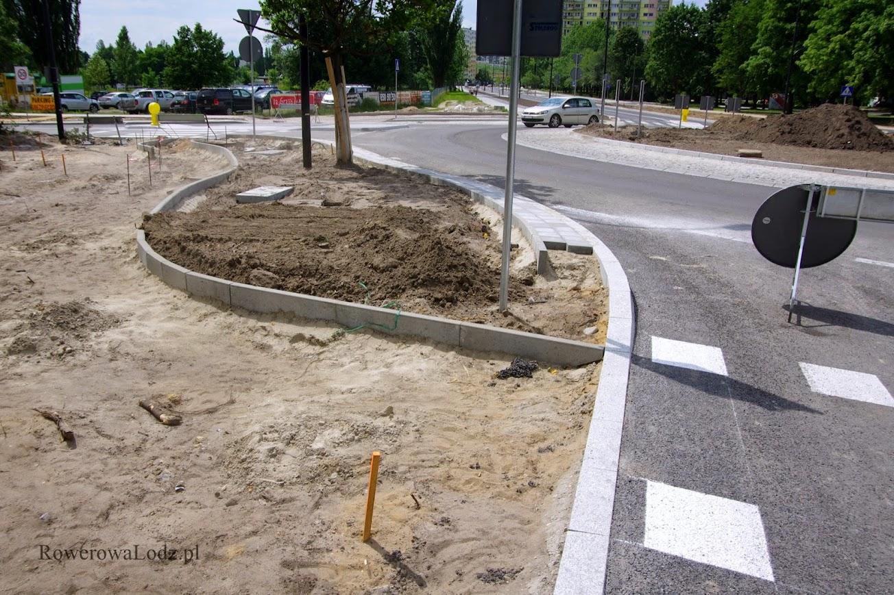 Jak widać, prace nad chodnikiem i drogą dla rowerów jeszcze nie zostały ukończone. Samochody jednak puszczono. Gdzie mają podziać się piesi?