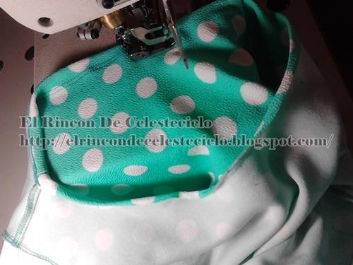 Haciendo dobladillo al escote con collarín con costuras bien juntas
