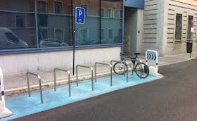 Aparcamiento de bicicletas en la calle Viña Virgen. Madrid