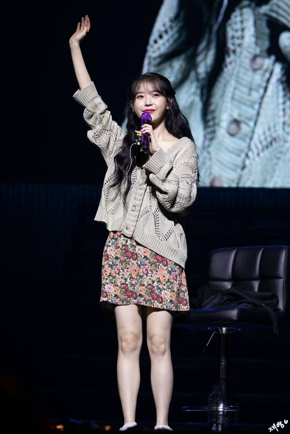 IU sweater 15