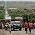 Carreta tomba e rodovia é interditada na Bahia; motorista ficou ferido