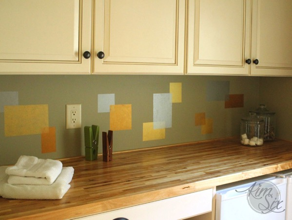 Metallic squares as backsplash