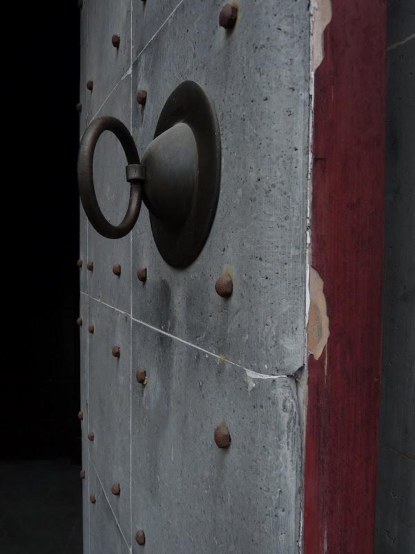 porte renforcée de pierre