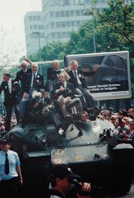 Britse veteranen van de Coldstream Guards op een Sherman Tank in Enschede. 5 mei 1995.