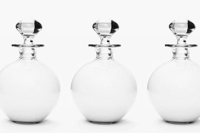 イメージ写真。香水瓶が3つ並んでいる