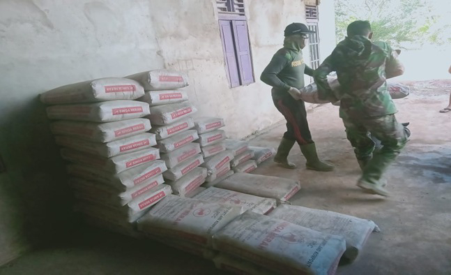 Serda Rochim Dari Koramil 1207-07/Sui.Kakap Ikut TMMD Reguler Ke-111 Di Desa Kuala Mandor B
