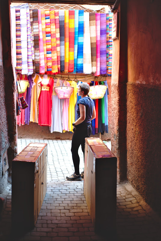 Pasul 2, cateva ore mai tarziu, pe aleile inguste ale medinei din Marrakech.