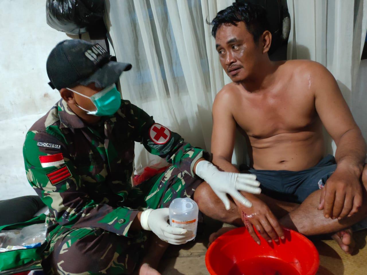 Jatuh dari Motor, Warga Dusun Sei Saparan diobati Personel Satgas Pamtas Yonif 642 Kapuas