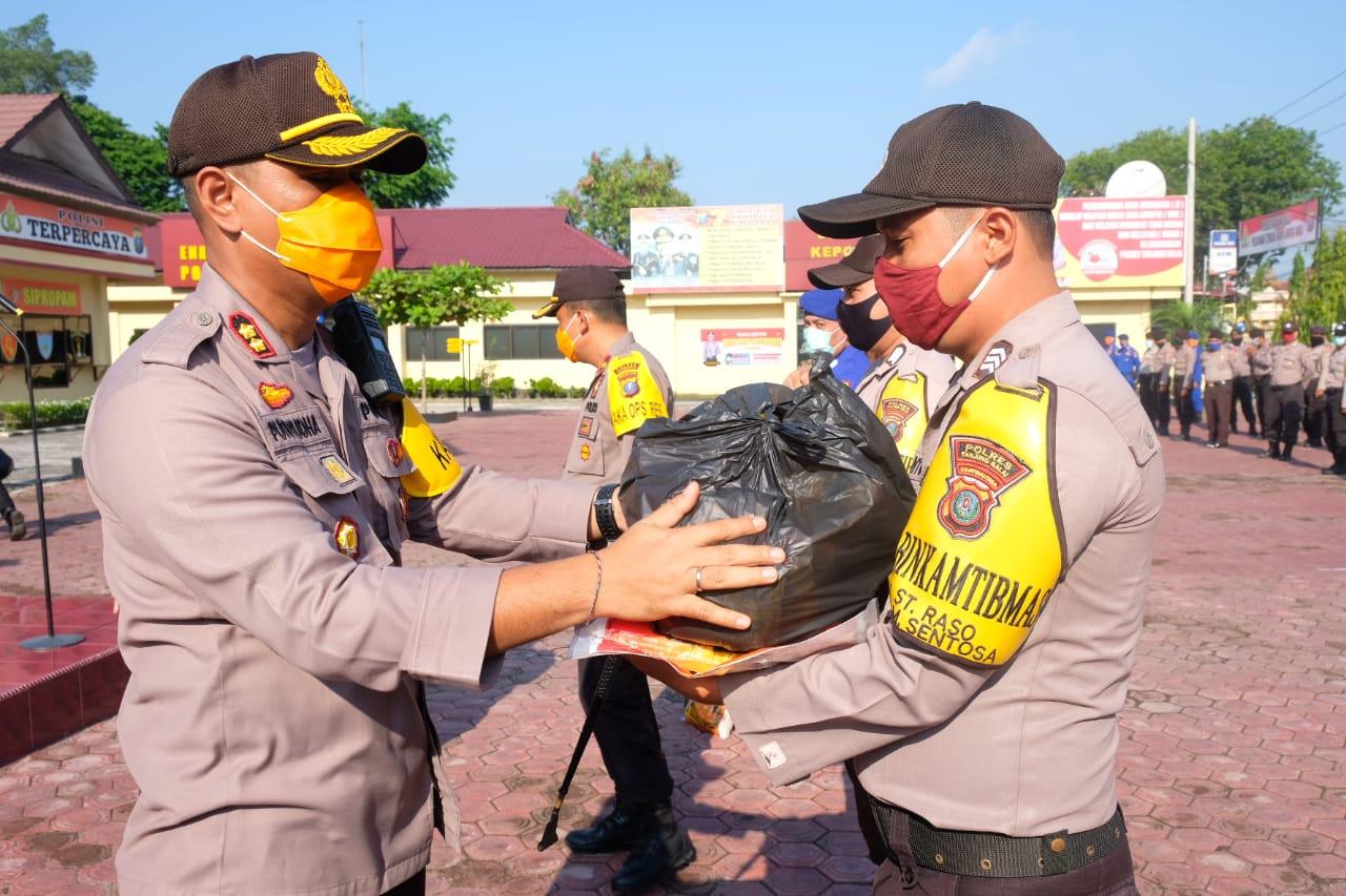 Kapolres AKBP Putu Yudha Prawira Berikan 90 Paket  Sembako Secara Simbolis Kepada  Bhabinkamtibmas