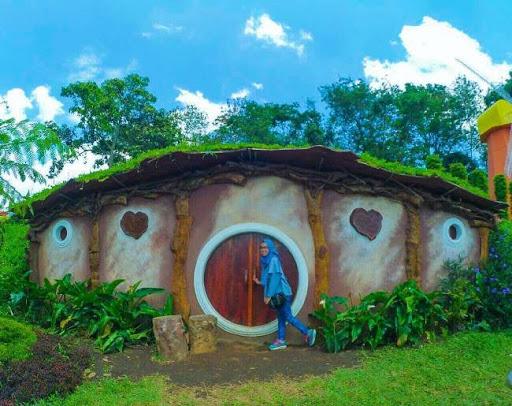 rumah hobbit taman bunga celosia