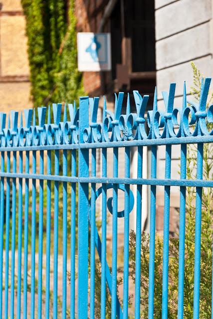 blauer Gartenzaun