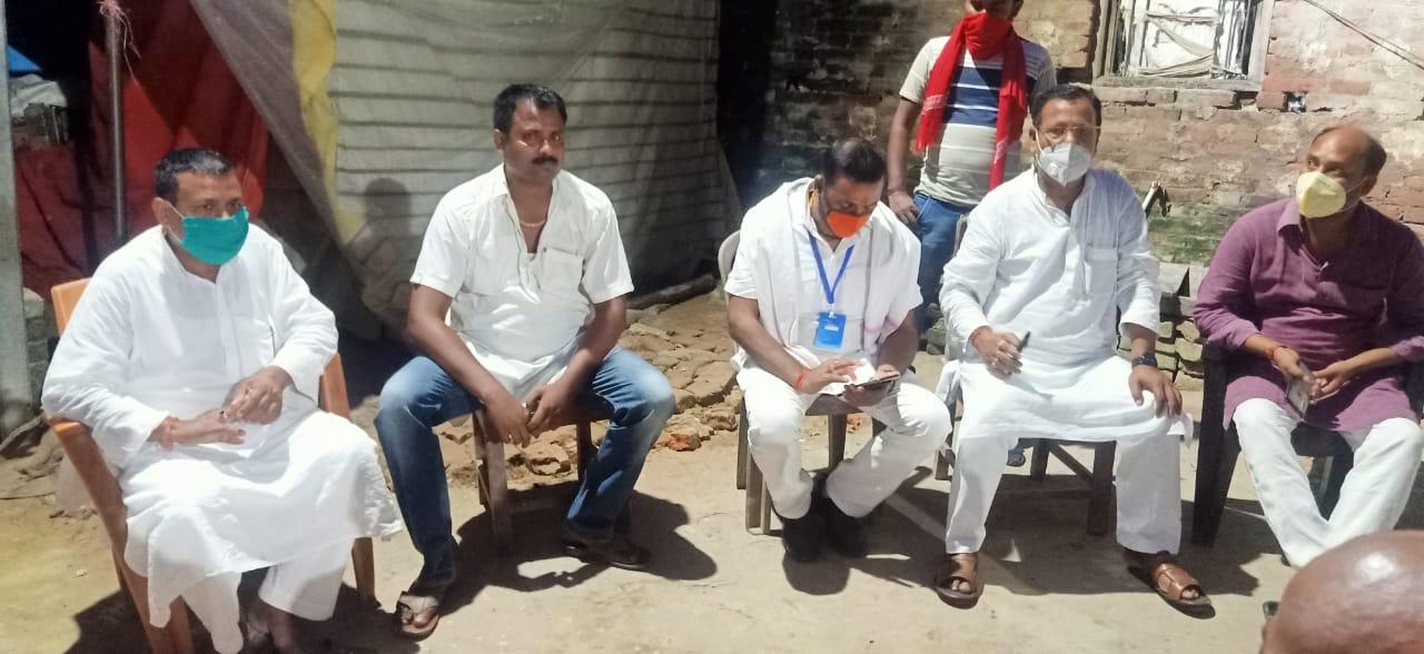 चिरैया में मृतक दीपक कुमार के परिजनों से जनप्रतिनिधियों ने दी सांत्वना, पूर्व विधायक ने दिया 25 हजार रूपयें
