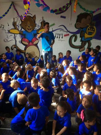 Ron Davis Álvarez en actividad de iniciación musical con niños del Núcleo de Cúa, estado Miranda