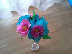 Dla osób, które (tak jak ja) są w stanie utrzymać przy życiu tylko kaktusa kwiaty z bibuły to świetne rozwiązanie;)