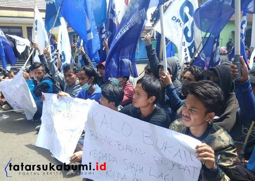 Demo tagih gaji perusahaan garmen di Cicurug terus bergulir // Foto : Isep Panji (26/1/2019)