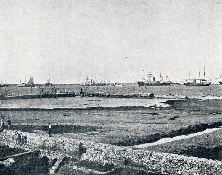 Puerto de Veracruz. Uno de los gemelos fondeado. De la revista El Mundo Naval Ilustrado. Año 1901.JPG