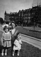 Kooij, Aartje, Maartje en Geertruida Katendrecht 1934.jpg