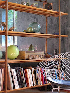 estantería con tuberías de cobre