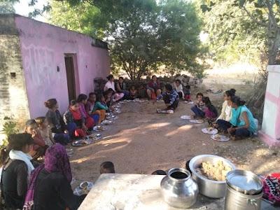 केपीसिंह कक्काजू छठी बार जीतने पर कक्काजू समर्थक अरविन्द परिहार ने हिम्मतपुर स्थित शंकर घाट महादेव मंदिर पर 101 कन्याओं का कराया कन्या भोज