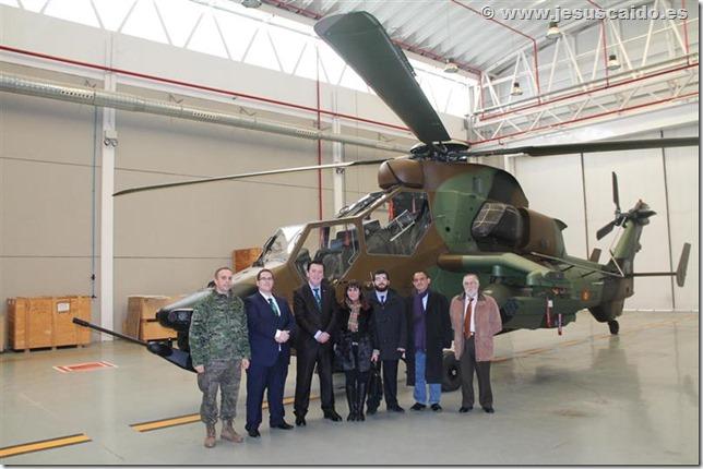 Ante uno de los helicópteros Tigre HAD (Foto BHELA-1)