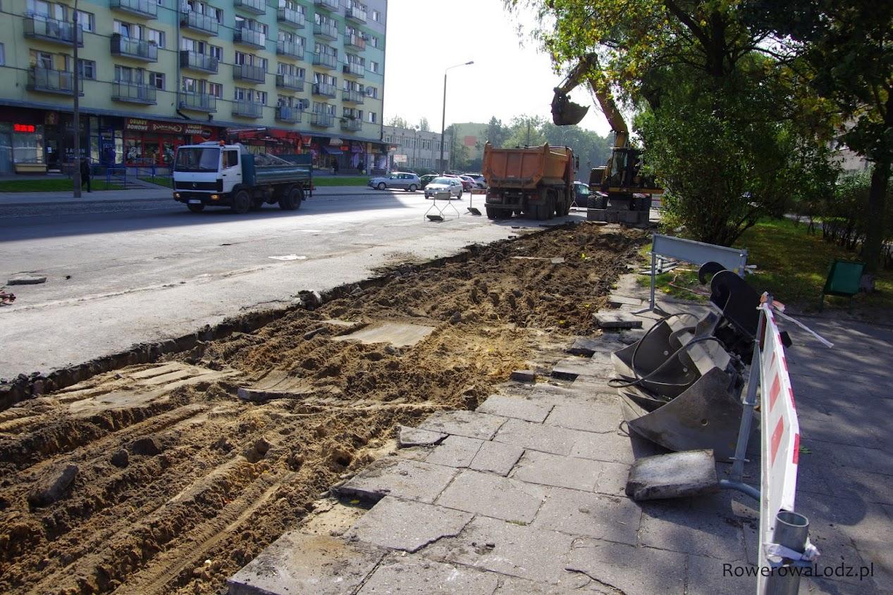 Bliżej ul. Grabieniec trwa zrywanie starego chodnika.
