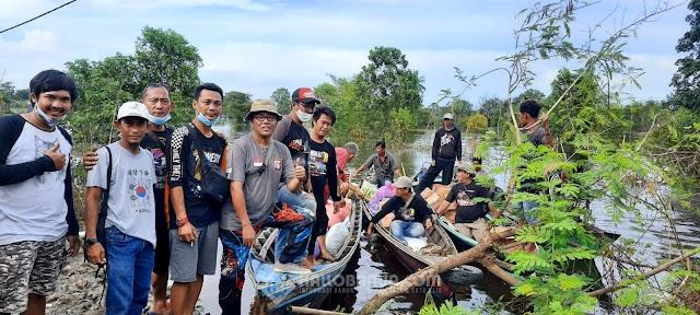 SKIn Banjarmasin Komunitas Mobil Offroad Salurkan Bantuan Korban Banjir ke Desa Pembatanan Sungai Tabuk