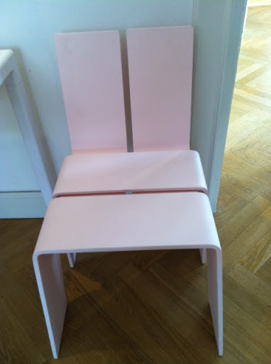 I love this pink KiBiSi chair.