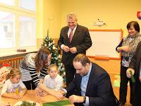 12 - A gyermekek a megye elnökét maguk közé fogadták.JPG