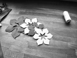Tu wybrałam dwa kwiaty - jeden duży, trójwarstwowy, drugi mniejszy, dwuwarstwowy. Stąd wycięłam do dużego kwiatu warstwę największą różową, średnią w kolorze niebieskim i małą w kolorze beżowym. W mniejszym kwiatku średniej wielkości płatki są beżowe, a małe niebieskie.