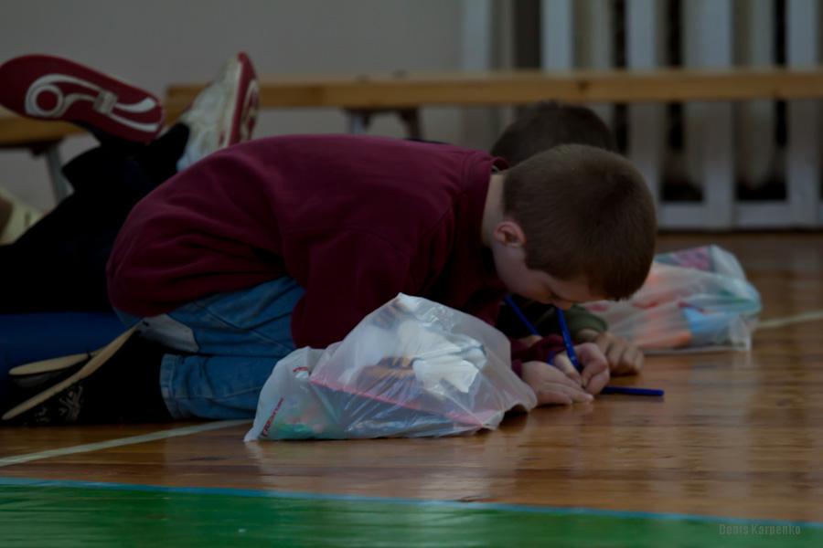 Воспитанник Ветринской школы-интерната пишет свое желание на бумаге что бы передать его волонтерам. / 5 марта 2011г. / д.Быковщина, Беларусь