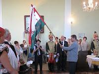 32 Gál Ferenc átveszi a magyar zászlót és meglobogtatja.jpg