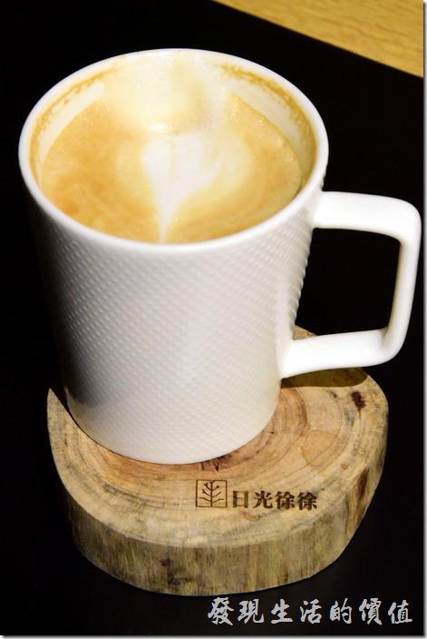 台南-日光徐徐。咖啡雖然普普,反倒是這因料杯墊超有特色,有些還可以聞到檜木的香味,上面烙印著「日光徐徐」的字樣。