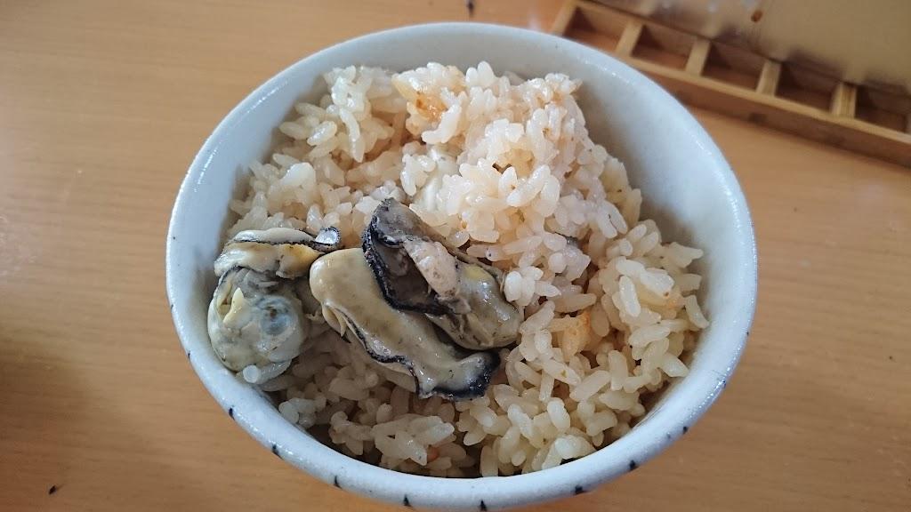 茶碗に盛り付けた牡蠣飯の写真