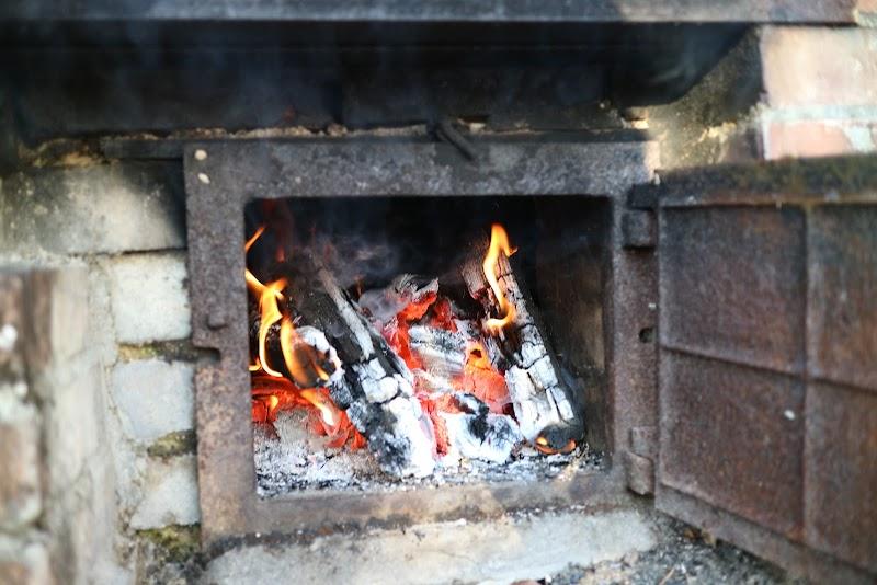 薪で沸かす五右衛門風呂。薪も自分たちで割ります。