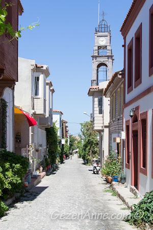 Bozcaada sokakları ve kilise görüntüsü