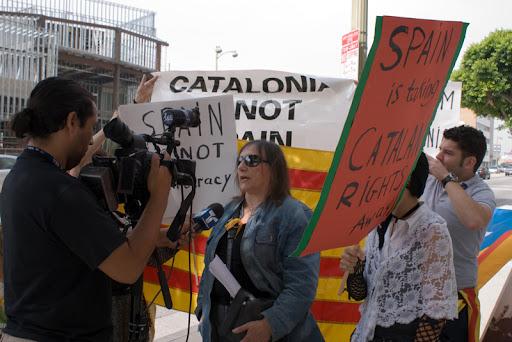 Manifestant parlant a un reporter d'un telenoticier hipspano-america de Telemundo.
