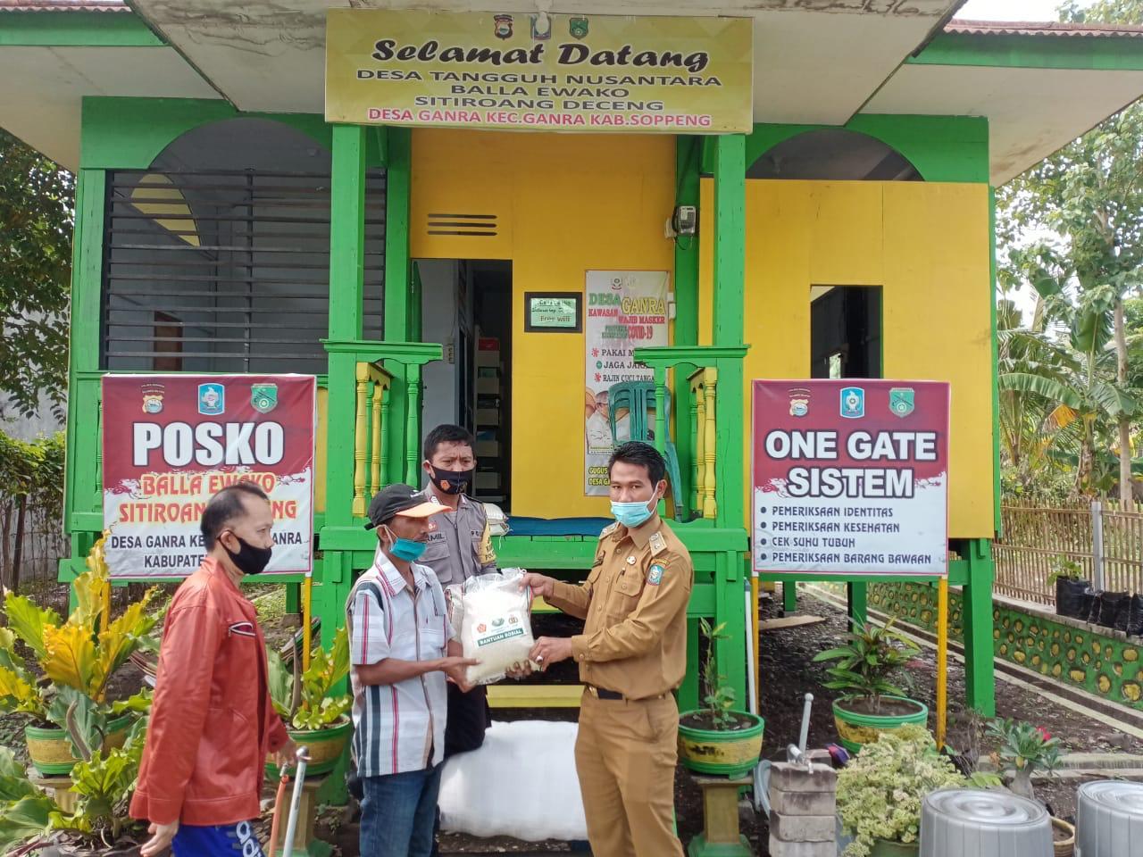 Polsek Ganra Polres Soppeng Salurkan Bantuan Beras di Posko Balla Ewako