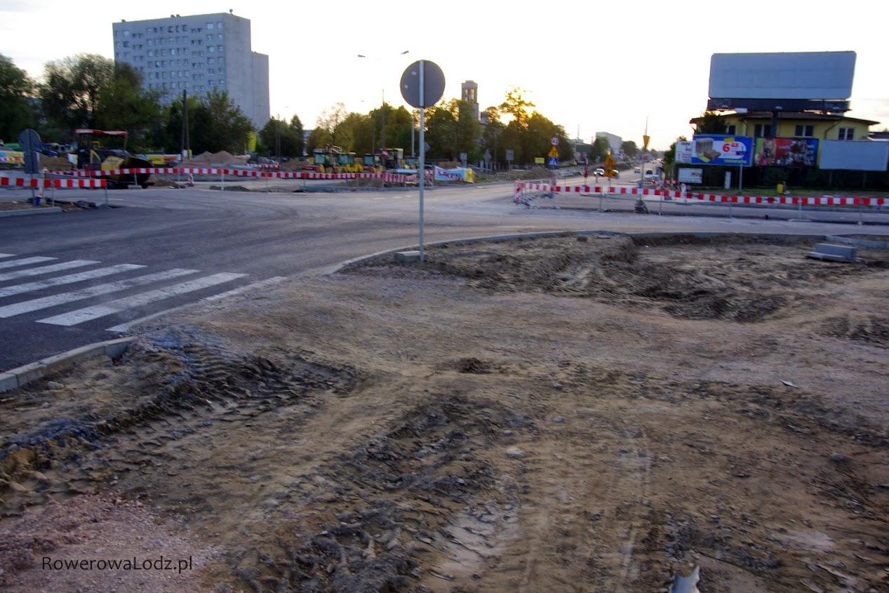 Totalnie rozkopane skrzyżowanie z ul. Stalowa. Piesi rzecz jasna chodzą po piachu.