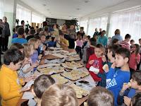 21 Minden gyerek megkóstolta a mézes kenyeret.jpg