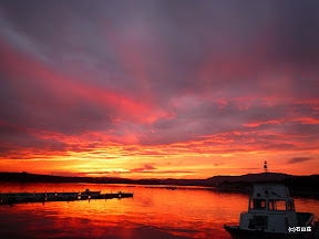 2009/9/18の夕焼けです。曇り空の中から燃えるような夕焼けが出てきました。