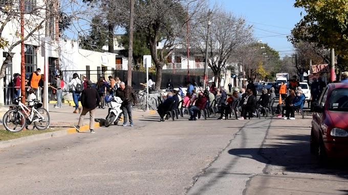 Más vacunados y ahora cortan la calle para que la gente espere sentada para mejor comodida