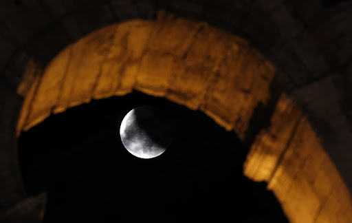 eclipse pic3%252520%2525281%252529 Pictures Of Lunar Eclipse From Around The World