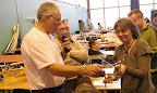 Sylviane Veyssière, vainqueur en catégorie maquette reçoit son trophée