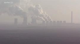 Braunkohlenkraftwerk im Smog.